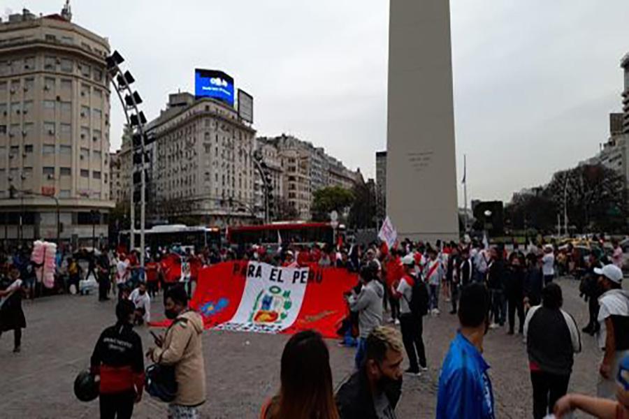 Hinchada peruana realiza banderazo en el Obelisco de Argentina