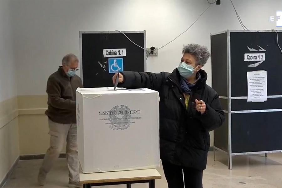 Italianos acuden a las urnas para la segunda vuelta de las elecciones municipales