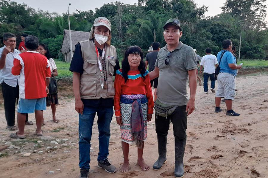 Servidor informa a comunidades amazónicas sobre la importancia de vacunarse contra el covid-19
