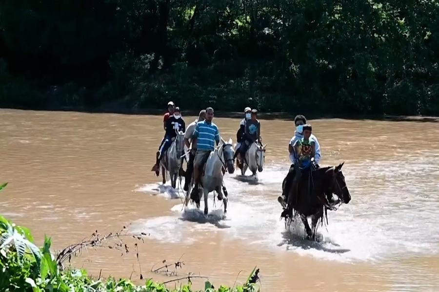 A caballo y en balsas, nicaragüenses cruzan hacia Honduras a vacunarse contra covid-19