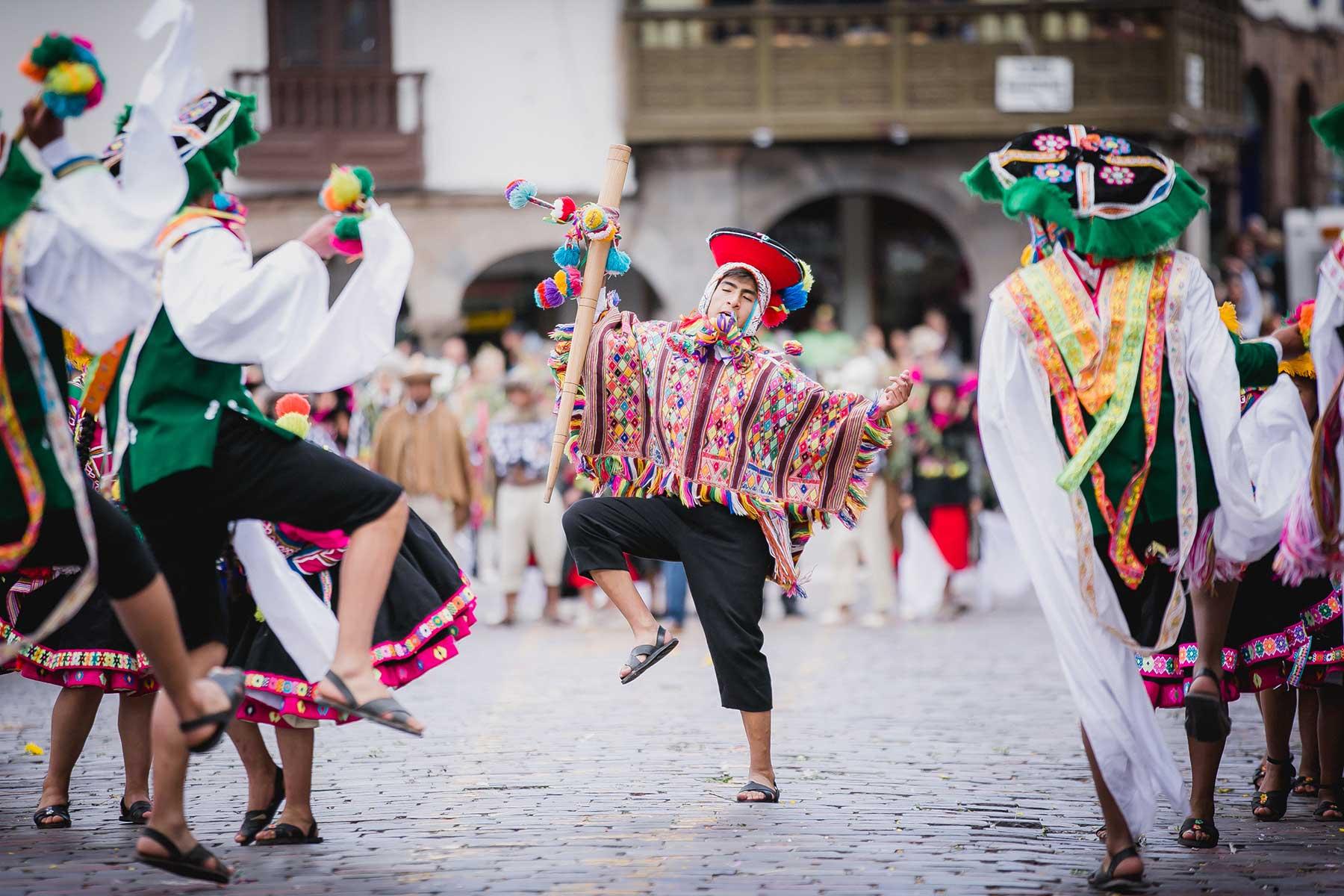 Los bailarines lucen trajes multicolores y derrochan buen ritmo durante las coreografías preparadas para homenajear al Cusco