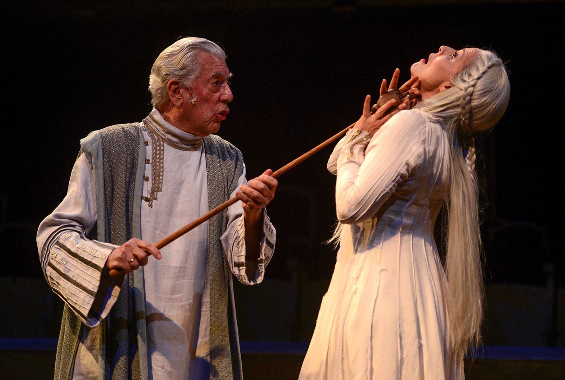 El escritor peruano Mario Vargas Llosa y la actriz española Aitana Sánchez Gijón realizan durante el ensayo general de Cuentos de la peste (Los cuentos de la peste) en el Teatro Español de Madrid, Foto: AFP